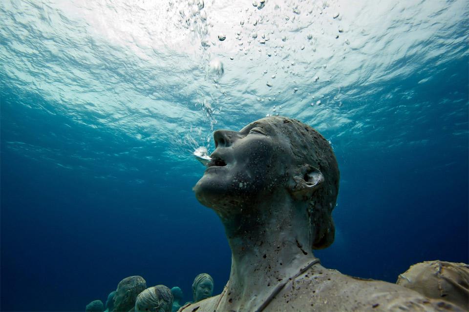 statue-breathing-underwater